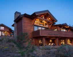 Красивый деревенский двухэтажный жилой дом, расположенный в Бенде, штат Oрегон