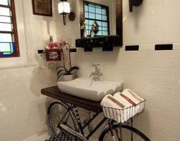 Старый велосипед превращается в туалетный столик для ванной комнаты