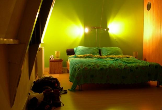 Настенный бра в спальне