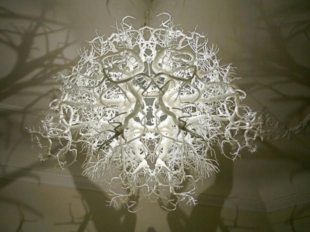 Скульптурная люстра, создающая таинственную атмосферу 2