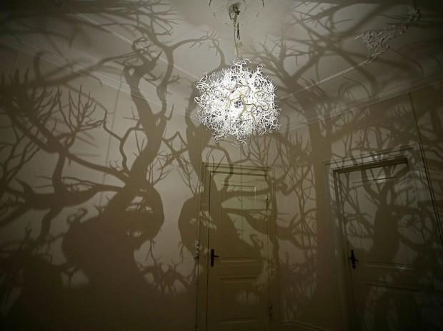 Скульптурная люстра, создающая таинственную атмосферу 3