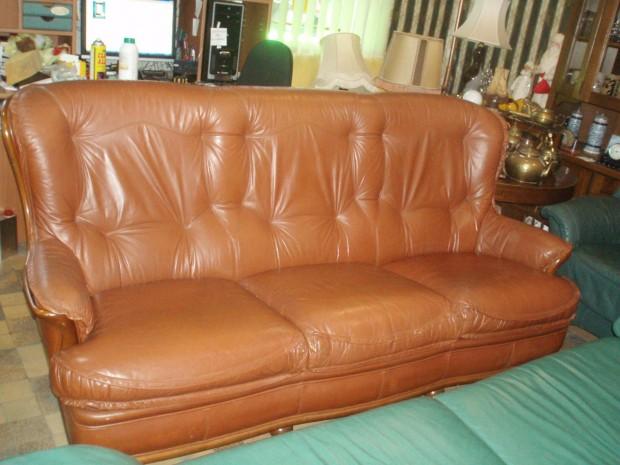 Рыжий кожаный диван