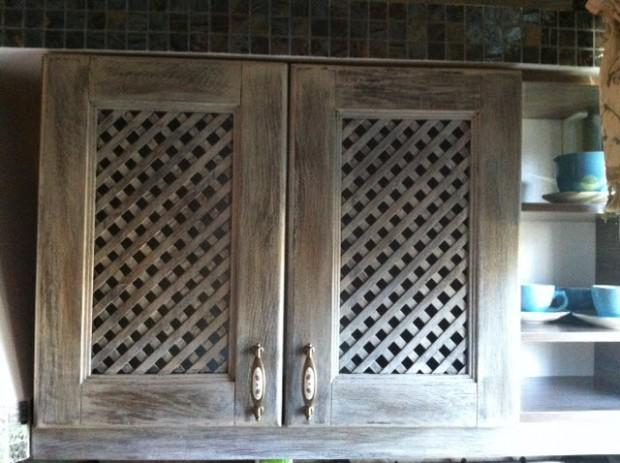 Состаренный кухонный шкаф