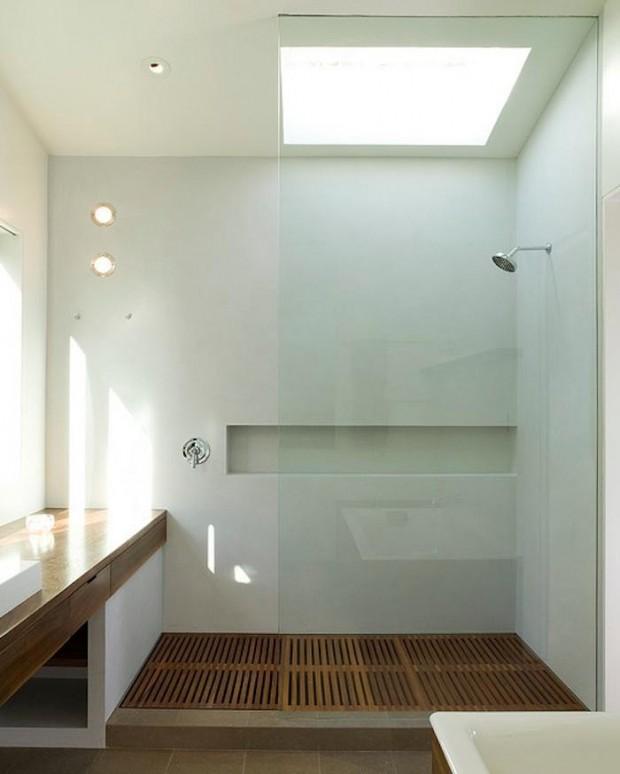 Деревянное покрытие в ванной комнате