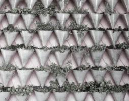 Рул де Бур создал концепцию дизайна черепицы, которая выполняет дополнительную функцию цветочного горшка