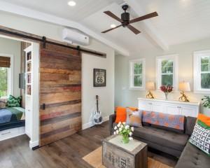 Семейная комната оформленная в стиле китч