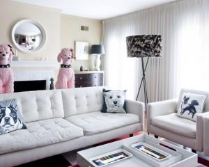 Большие розовые пудели в гостиной