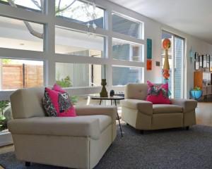 Розовые детали в интерьере гостиной