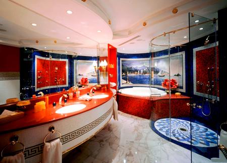 Яркая красно-синяя ванная комната