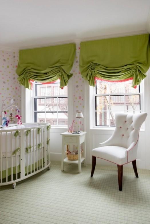 Комната с интересными зелеными шторами