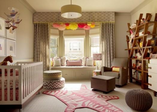 Стильная комната для новорожденного с книжным шкафом напоминающим дерево