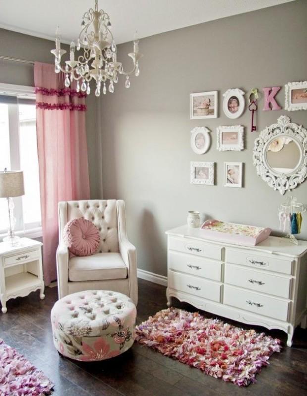 Интерьер серо-розовой комнаты с настенными фотографиями