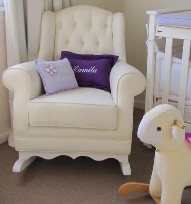 Кресло для мамы в комнате для новорожденного