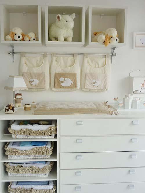 Столик для пеленания в детской комнате