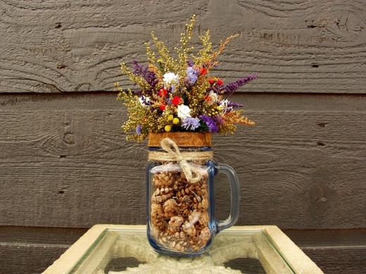 Икебана из цветов в кружке