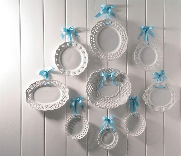 Подвешенные тарелки на белую стену