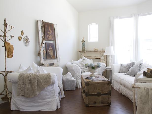 Гостиная в стиле Прованс с картинами