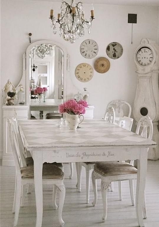 Белая комната с розовыми цветами