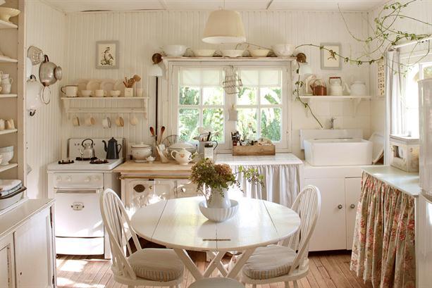 Белая комната с леаной на стене