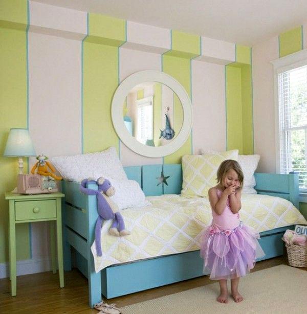 Детская комната в зеленую полоску с круглым зерколом