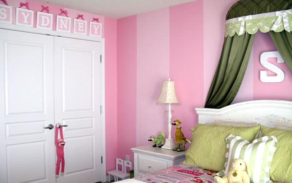 Детская комната в розовую полоску с зеленым постельным бельём