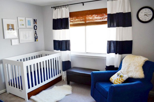 Комната с полосатыми бело-синими шторами