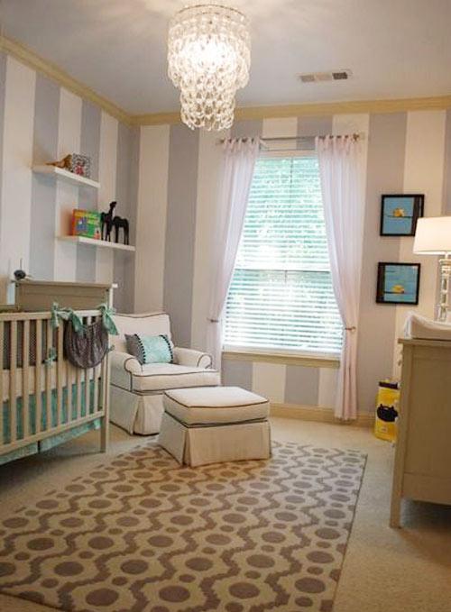 Детская комната в вертикальную темно серую полоску
