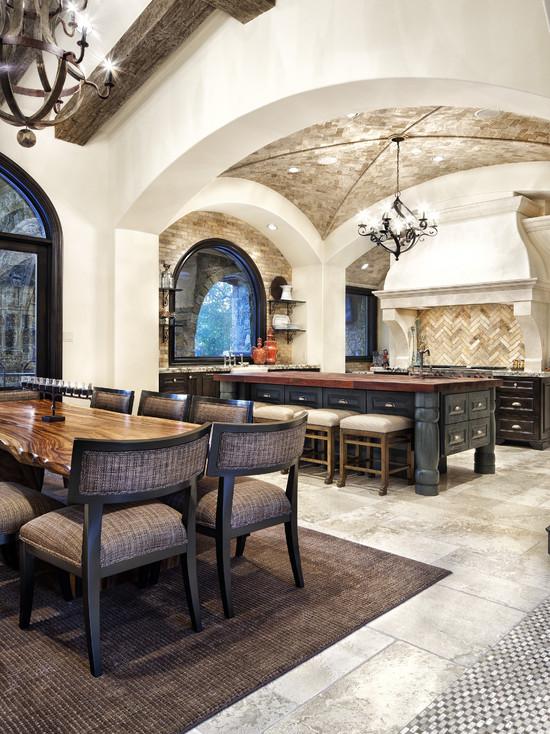 Просторная и светлая кухня с использованием камня