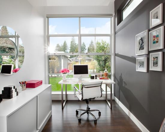 На фото: небольшой кабинет с большим окном
