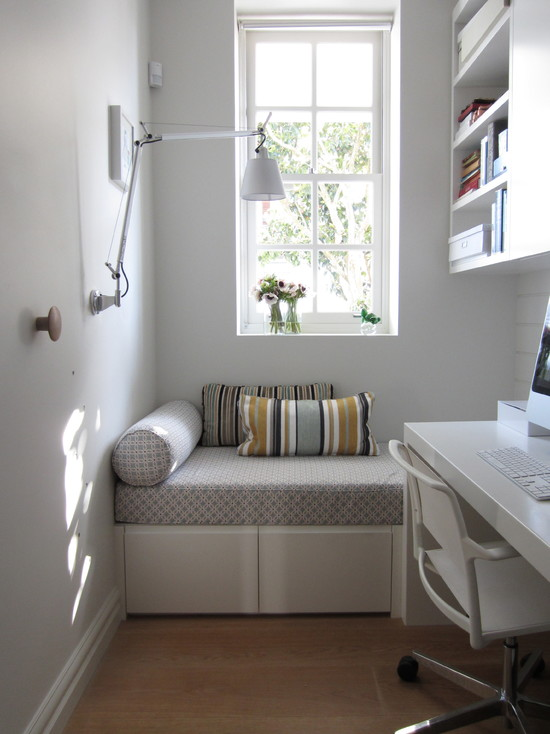 На фото: максимально удобное размещение стола и дивана в небольшом пространстве