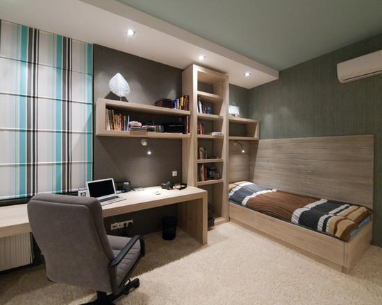 На фото: рабочие помещение в спальни, в минималистическом стиле