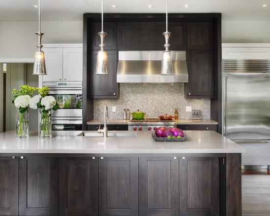 На фото: темное дерево в интерьере кухни в минималистическом стиле