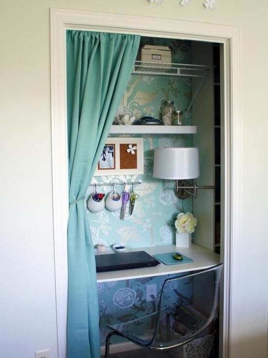 На фото: маленький кабинет за ширмой в небольшой нише