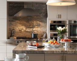 Камень в интерьере кухни: действительно ли это красиво?