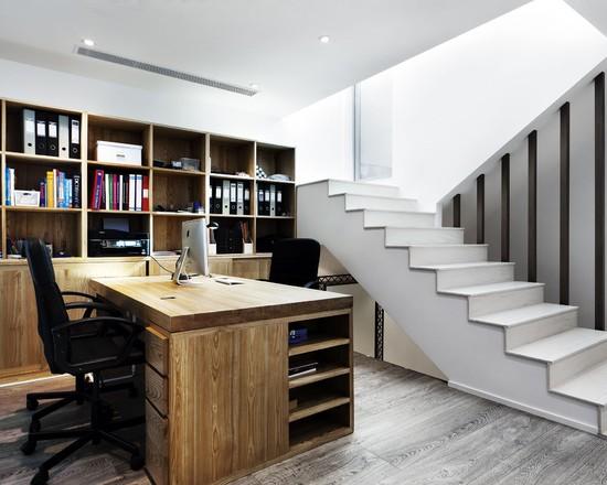 На фото: дизайн кабинета на цокольном этаже в минималистическом стиле