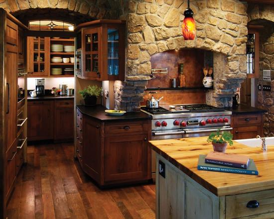 Сочетание камня и дерева, а также уникальная арка, соединяющая две части кухни