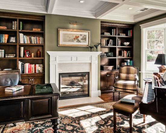 На фото: классический дизайн кабинета в квартире с камином