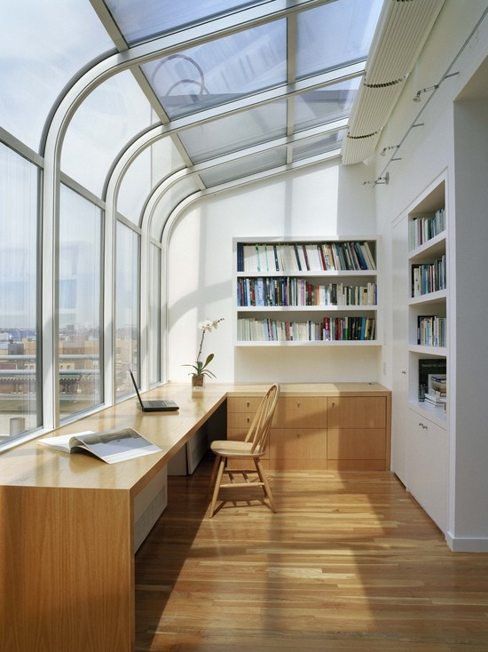 На фото: дизайн кабинета на лоджии с большими окнами
