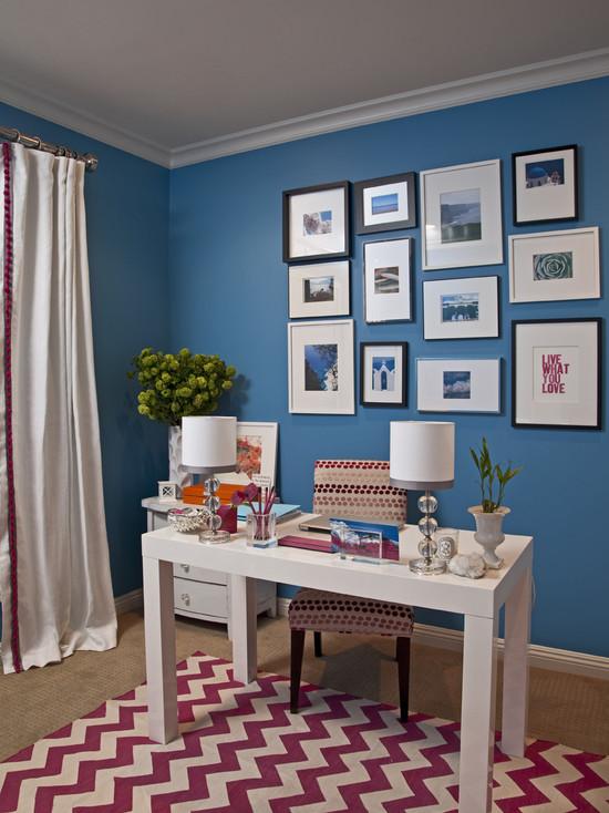 На фото: сине-белый кабинет с фиолетовым ковром