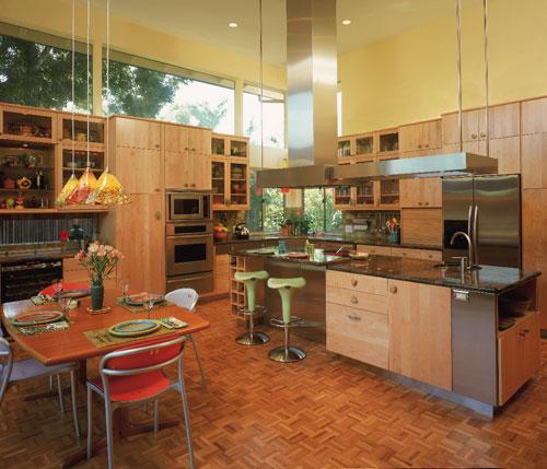 На фото: просторная кухня с деревянным интерьером с использованием зеленного декора