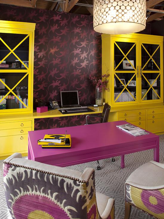 На фото: насыщенный желто-фиолетовый дизайн кабинета в квартире