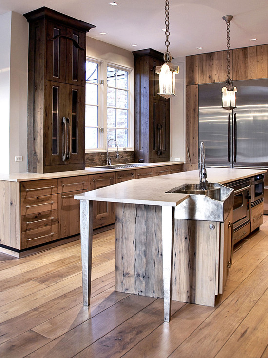 На фото: в создание дизайна кухни активно используются деревянные панели