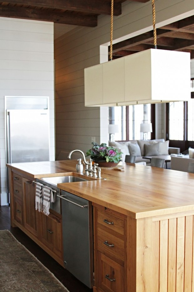 На фото: деревянный кухонный остров со стальной посудомоечной машиной