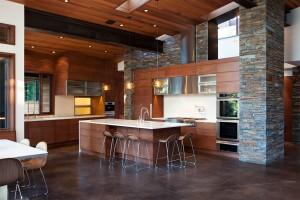 Камень в интерьере просторной кухни