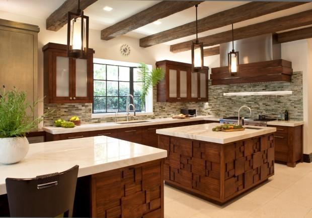 На фото: кухня с интересными деревянными панелями
