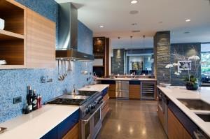 Каменные колоны на голубой кухне