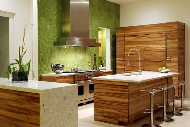 На фото: кухня с деревянной мебель, зеленной стеной и стальной плитой и вытяжкой
