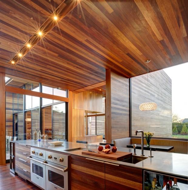 На фото: кухня полностью выполненная в деревянном стиле