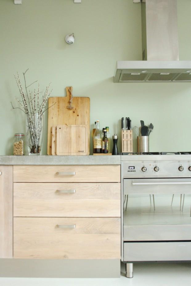 На фото: дерево и сталь в интерьере кухни