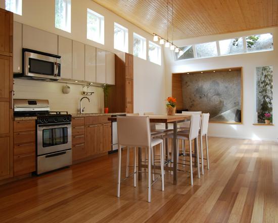 На фото: дерево и белый цвыет в интерьере кухни